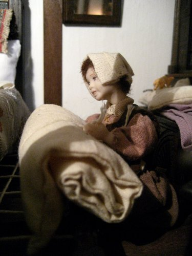 theinfill and theinfillclicks - the maid in the girls' bedroom - Medieval, Tudor and Jacobean dolls house blog