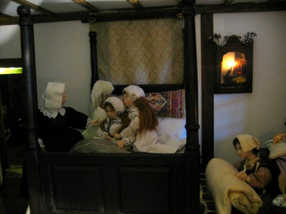 theinfill and theinfillclicks - the girls' bedroom - Medieval, Tudor and Jacobean dolls house blog