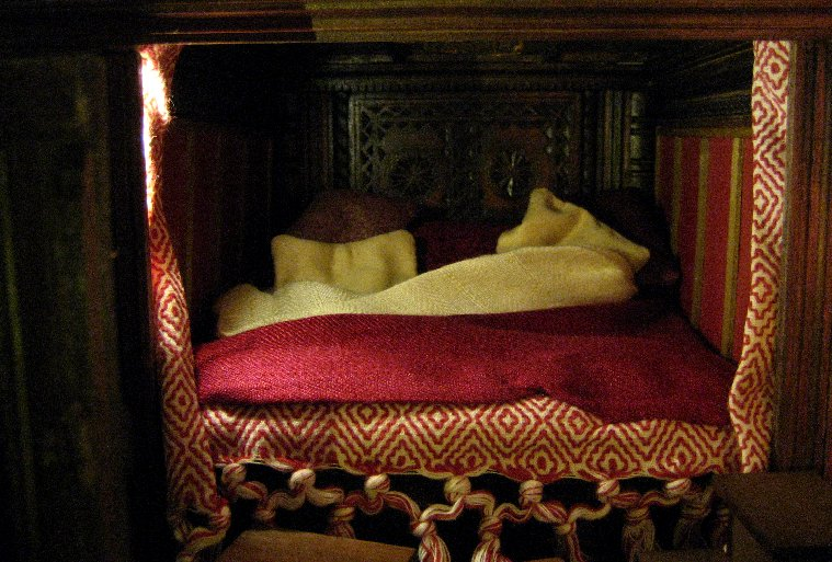 theinfill Medieval, Tudor, Jacobean 1:12 dolls house blog - the infill dolls house blog – Bed with pillows - closer look