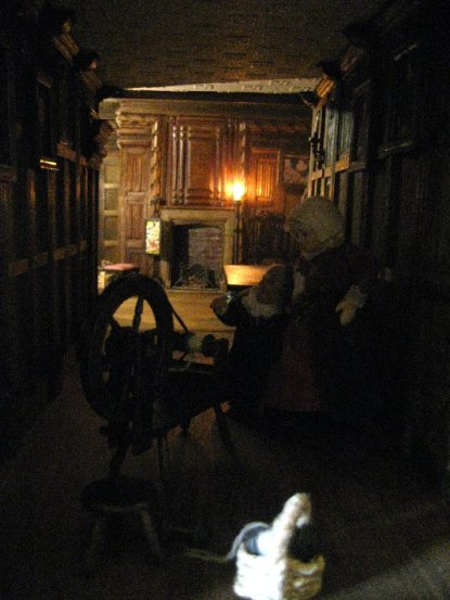 theinfill Medieval, Tudor, Jacobean dolls house blog - theinfill dolls house blog – woman and child at one end of the long gallery