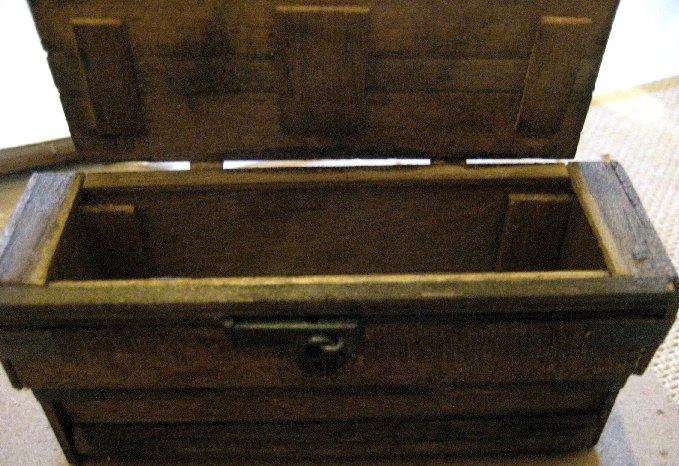 theinfill dolls house blog Hogepotche Hall –Hodgepodge Hall - a Medieval, Tudor, Jacobean dolls house blog - old plank chest 6