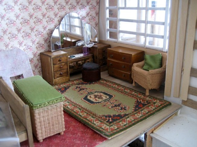 theinfill art deco dolls house blog, theinfill dolls house blog, theinfill 1930s-50s Deco House, Hogepotche Hall –Hodgepodge Hall - Medieval Tudor Jacobean dolls house blog - main front bedroom wicker chair