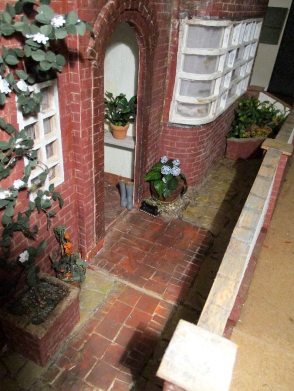 theinfill art deco dolls house blog, theinfill dolls house blog, theinfill 1930s-50s Deco House, Hogepotche Hall –Hodgepodge Hall - Medieval Tudor Jacobean dolls house blog - garden wall and street