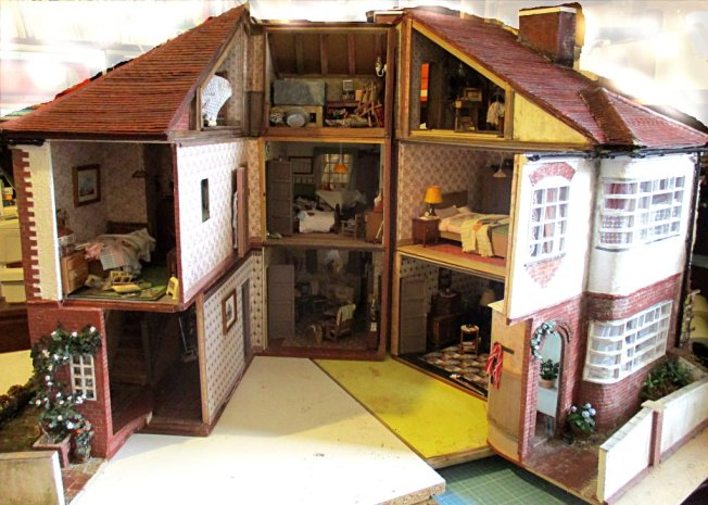 theinfill art deco dolls house blog, theinfill dolls house blog, theinfill 1930s-50s Deco House, Hogepotche Hall –Hodgepodge Hall - Medieval Tudor Jacobean dolls house blog - Nostalgia Close open house from the front